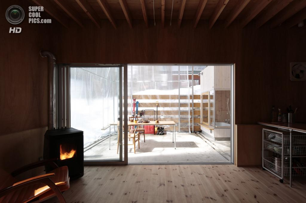 Япония. Хакуба, Нагано. Частный дом, спроектированный Naka Architects. (Torimura Koichi)