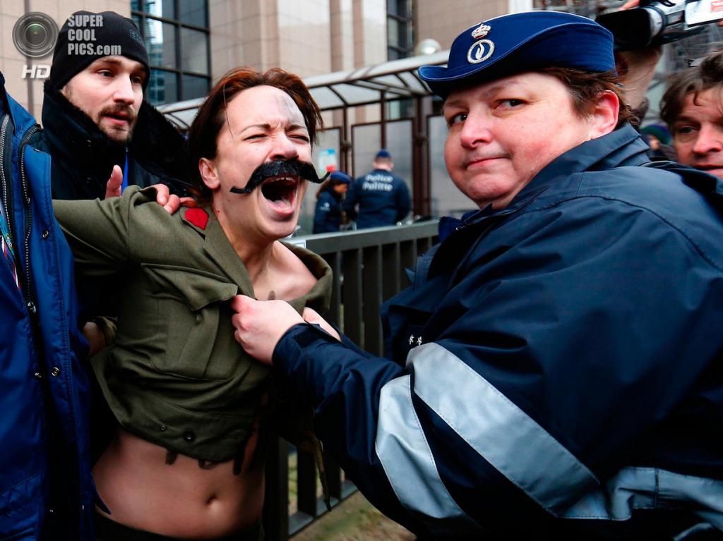 Бельгия. Брюссель. 28 января. Во время акции FEMEN. (Reuters)