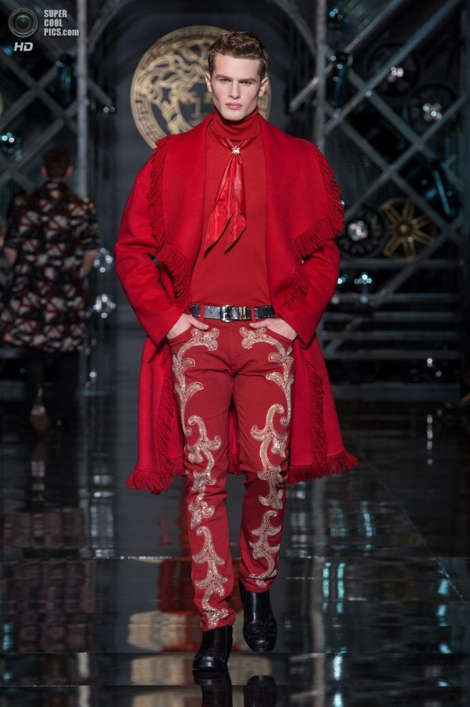 Италия. Милан. 11 января. Во время показа коллекции осень-зима 2014 от дома мод Versace. (Getty Images)