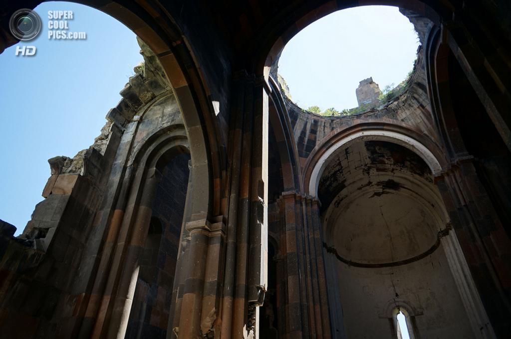 Турция. Ани, Карс. 4 июня 2013 года. Внутри Анийского собора, построенного в начале XI века. Купол рухнул во время землетрясения 1319 года. (MrHicks46)