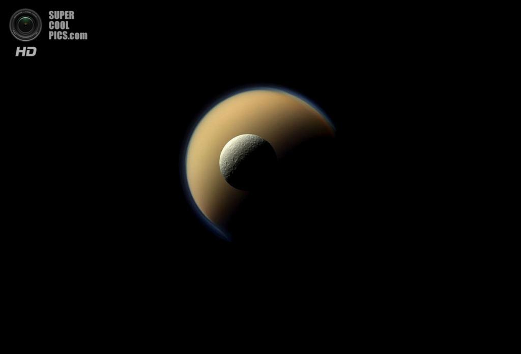 Самый большой спутник Сатурна Титан и его «подруга» Рея — вторая по величине — сошлись в орбитальном танце. (NASA/JPL-Caltech/SSI)
