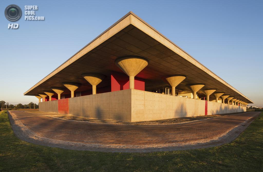 Бразилия. Кампинас, Сан-Паулу. Дата-центр финансово-кредитной группы Santander, спроектированный LoebCapote Arquitetura e Urbanismo. (Leonardo Finotti)