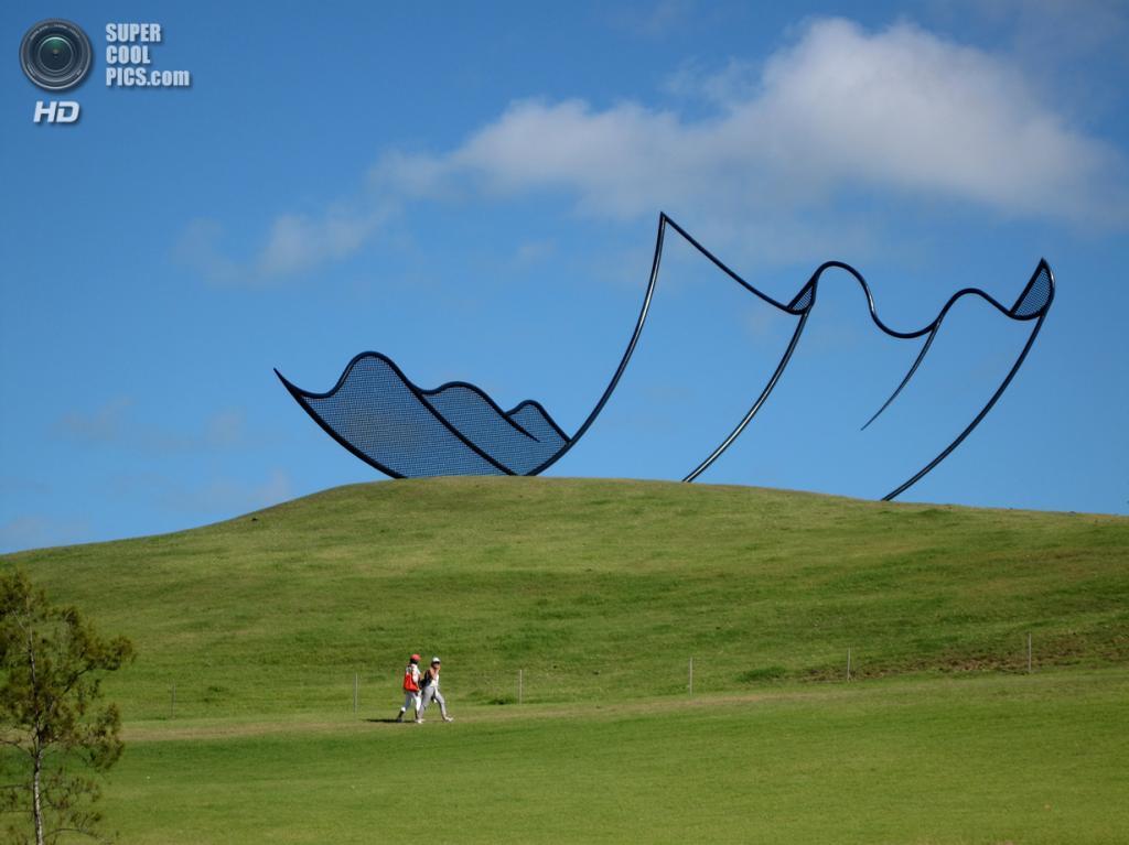 Новая Зеландия. Кайпара, Нортленд. Скульптура «Horizons» Нила Доусона в скульптурном парке Gibbs Farm. (Robin Capper)