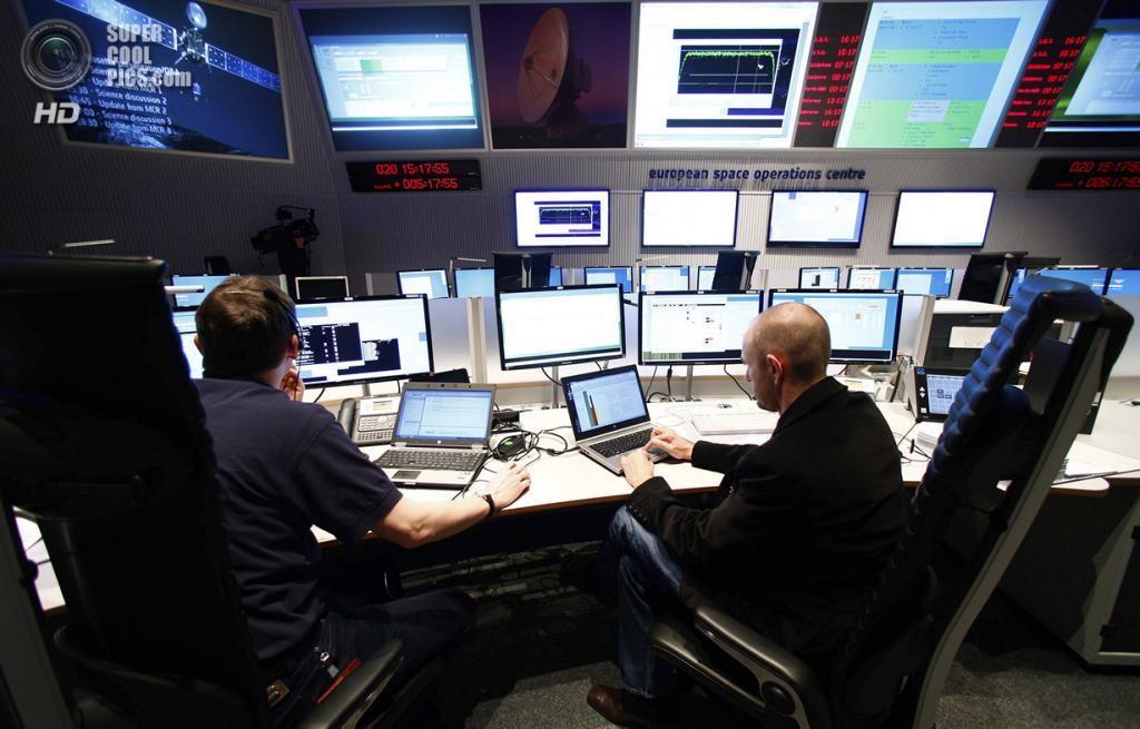 Германия. Дармштадт, Гессен. 20 января. Инженеры по обеспечению полётов в главном зале Европейского центра управления космическими полётами. (REUTERS/Ralph Orlowski)