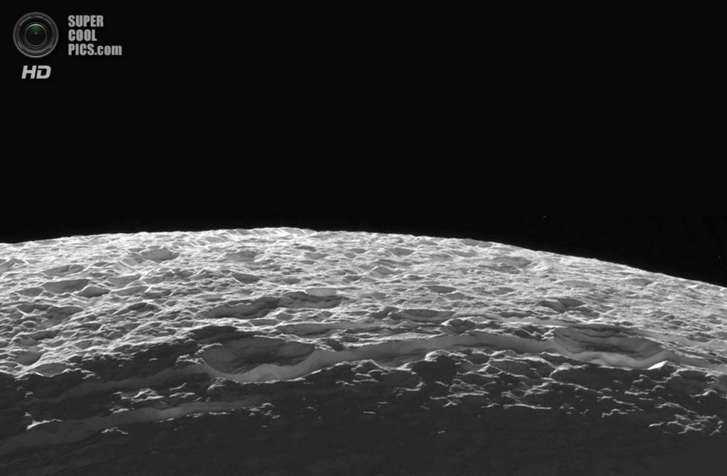 Поверхность Дионы. Одно из её полушарий содержит тёмные участки, а также паутину тонких светлых полосок, являющихся ледяными хребтами и обрывами. Согласно данным «Кассини», некоторые из них имеют высоту в несколько сотен метров. (NASA/JPL-Caltech/SSI)