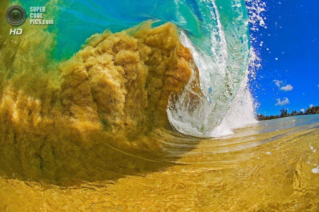 «Песчаный монстр». Один из самых ранних снимков Литла, сделанный им семь лет назад, когда он только начал увлекаться фотографией. Здесь так мелко, что волна втянула в себя донный песок. (Clark Little)