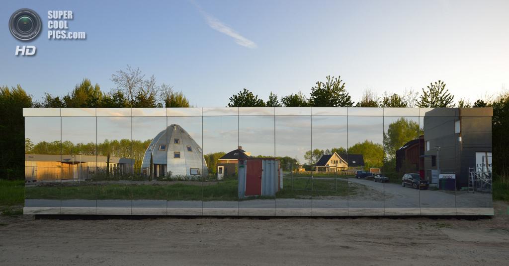 Нидерланды. Алмере, Флеволанд. Частный дом Mirror House, спроектированный Johan Selbing Architecture и Anouk Vogel. (Jeroen Musch)