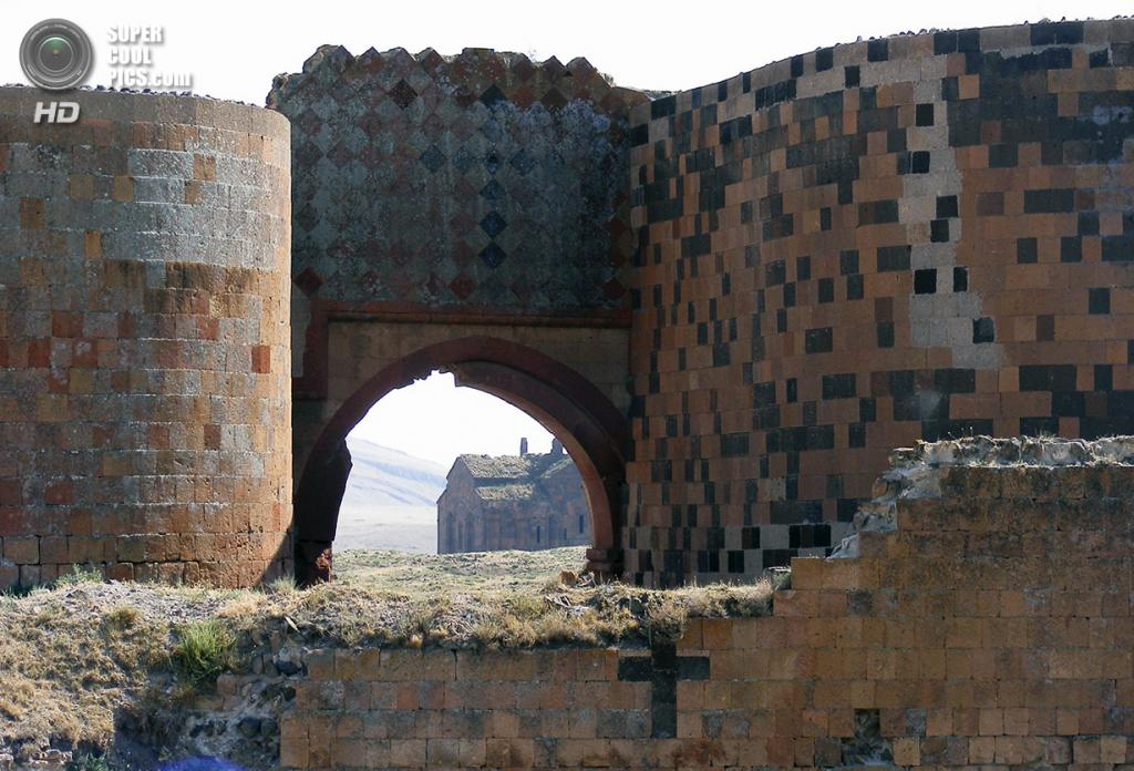 Турция. Ани, Карс. 30 июля 2008 года. Средневековые стены города-призрака. (Marko Anastasov)