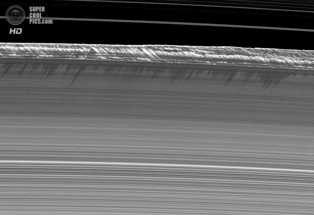Вертикальные структуры главных колец Сатурна, возвышающиеся на краю кольца B на высоту 2,5 км и простирающиеся на 1 200 км вдоль. Это невероятное отклонение от обычной толщины колец A, B и C, составляющей в среднем 10 м. Учёные считают, что в этом регионе могут быть орбиты маленьких спутников, что и вызывает аномалию. (NASA/JPL-Caltech/SSI)