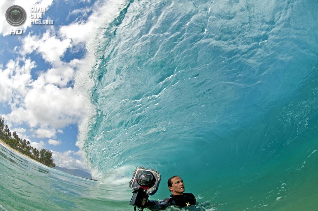 «Снимая волны». Литл с камерой в руке ловит огромную волну. (Flynn Novak)