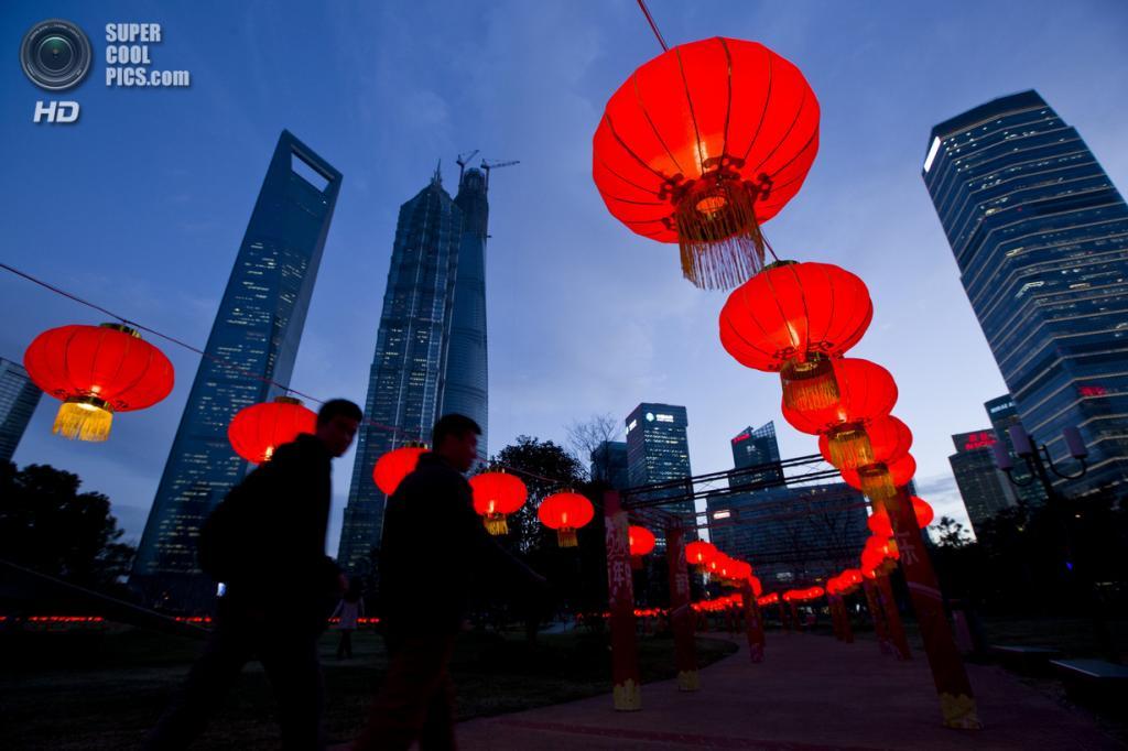 Китай. Шанхай. 24 января. В преддверии Китайского Нового года. (REUTERS/Aly Song)