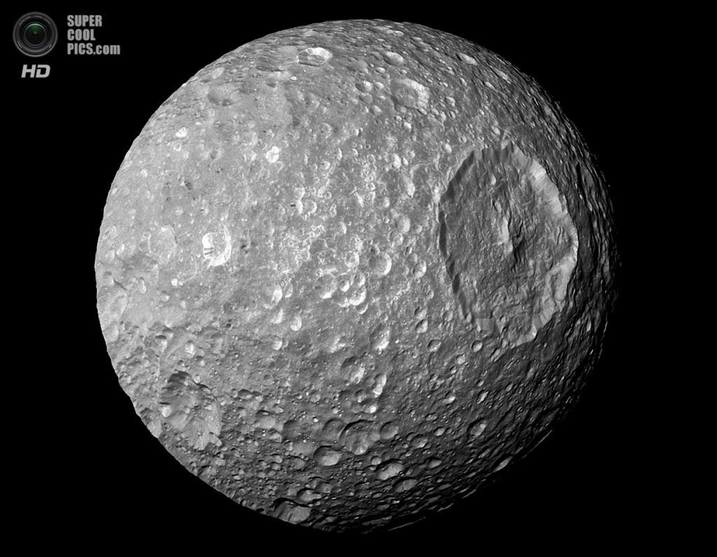 Мимас и огромный ударный кратер Гершель диаметром 130 км. (NASA/JPL-Caltech/SSI)