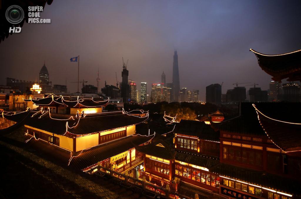 Китай. Шанхай. 28 января. В преддверии Китайского Нового года. (REUTERS/Carlos Barria)
