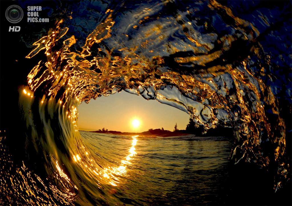 «Золотой самородок». Восходящее солнце в центре утренней «трубы». Любимое время Литла для работы — раннее утро, так как людей на пляже в это время меньше, а то и вовсе нет, как в данном случае. (Clark Little)