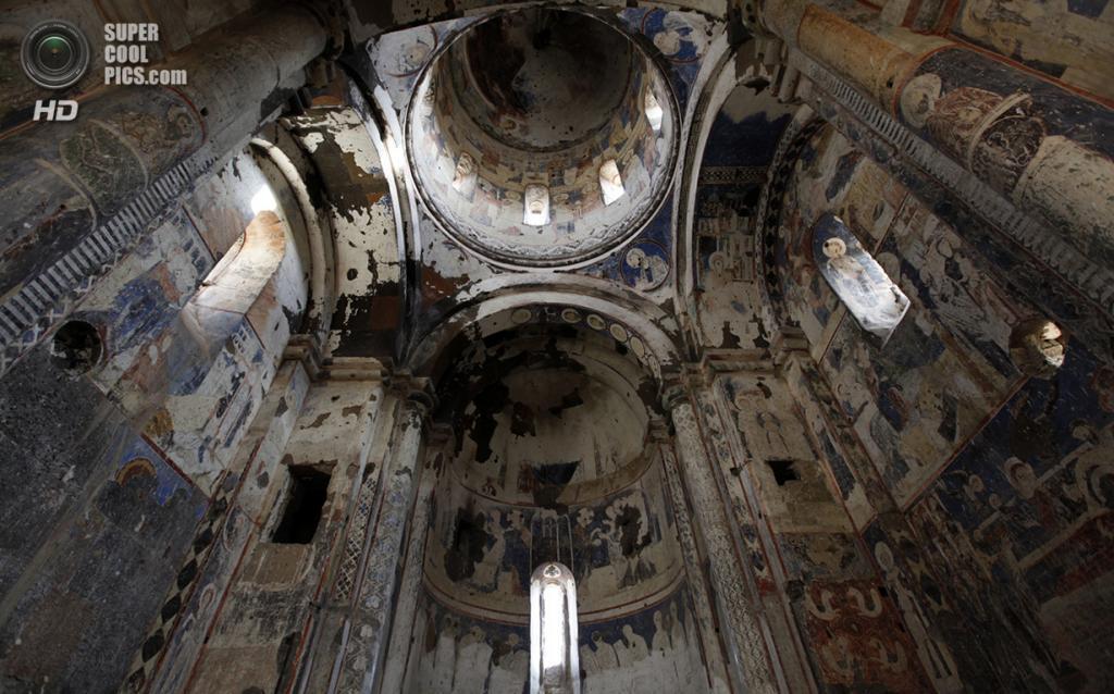Турция. Ани, Карс. 19 февраля 2010 года. Внутри Церкви Святого Григория. (REUTERS/Umit Bektas)