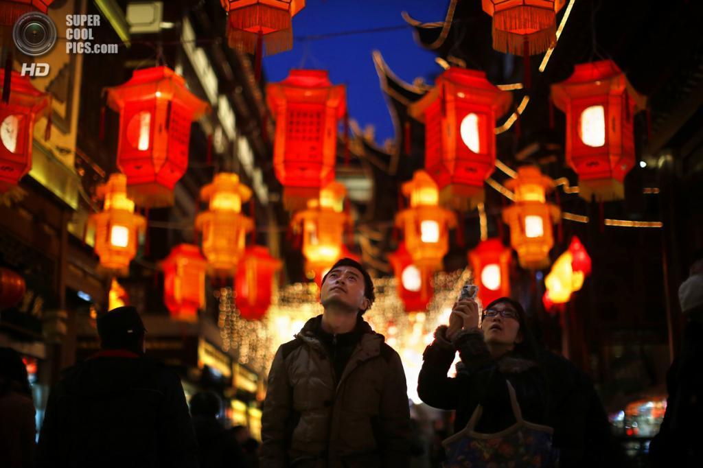 Китай. Шанхай. 28 января. В саду Юйюань. В преддверии Китайского Нового года. (REUTERS/Carlos Barria)