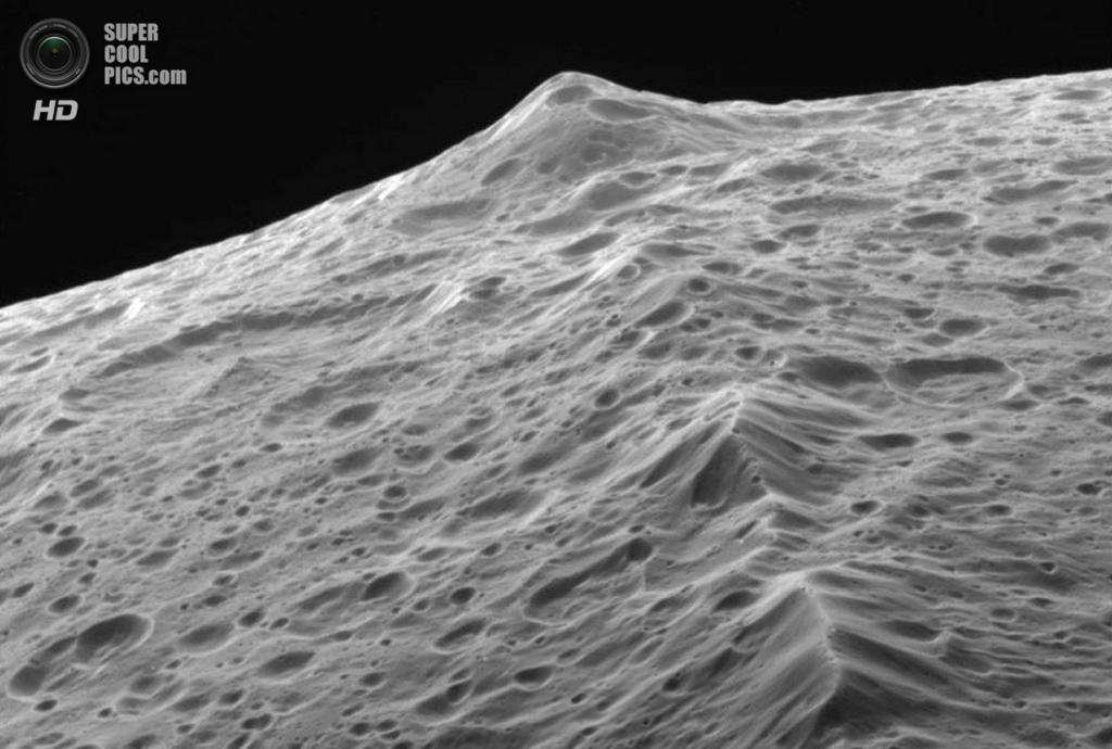 Горные пики экваториального хребта Япета. (NASA/JPL-Caltech/SSI)