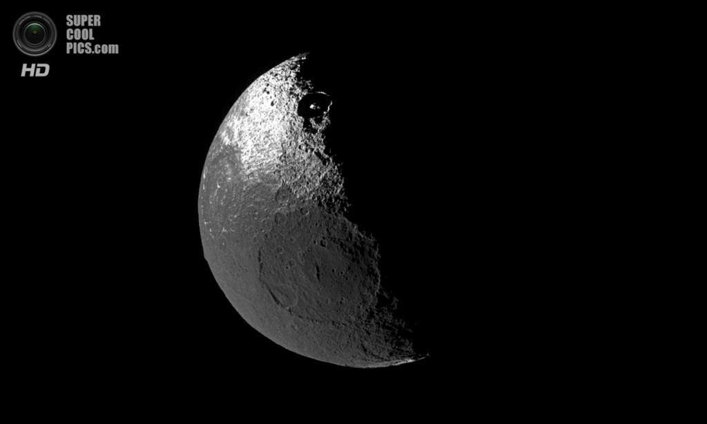 Тёмная и светлая стороны северного полушария Япета. (NASA/JPL-Caltech/SSI)