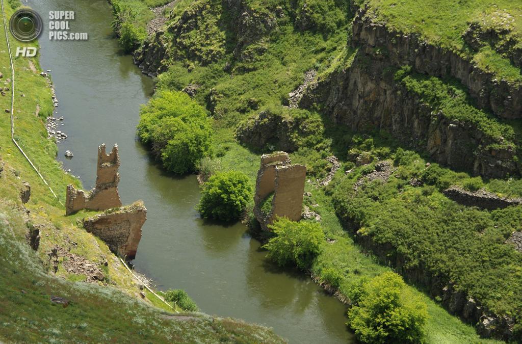 Турция. Ани, Карс. 19 июня 2011 года. Остатки моста через реку Ахурян. (Martin Lopatka)