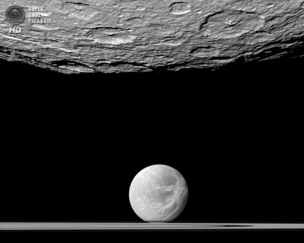 Поверхность южного полюса Реи как плацдарм для шпионажа за Дионой и кольцами Сатурна. (NASA/JPL-Caltech/SSI)