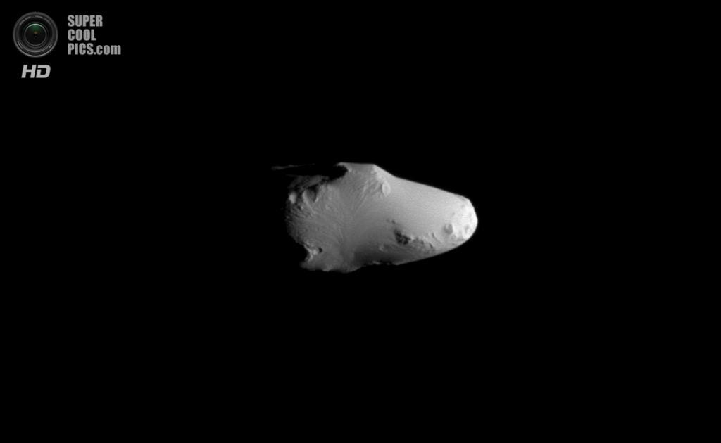 Вид на ведущее полушарие Калипсо (21 км в поперечнике) — одну из двух троянских лун Тефии. (NASA/JPL-Caltech/SSI)