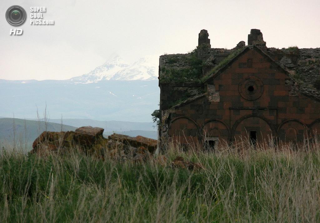 Турция. Ани, Карс. Анийский собор и Малый Арарат на фоне. (Sara Yeomans)