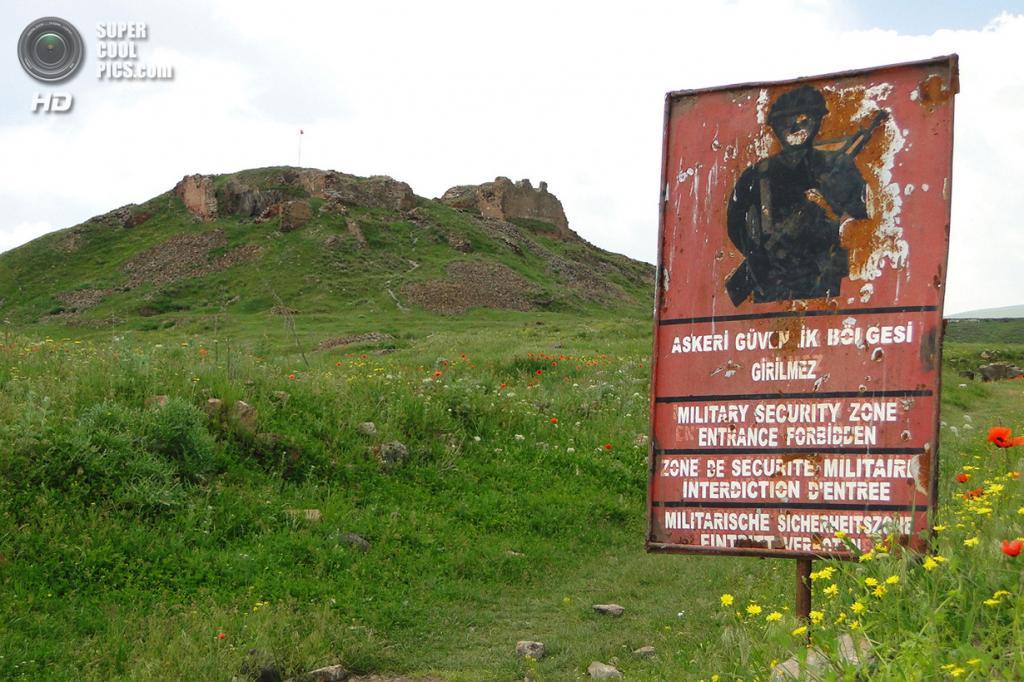 Турция. Ани, Карс. 8 июня 2011 года. Предупреждающий знак на фоне Анийской цитадели. (Adam Jones)