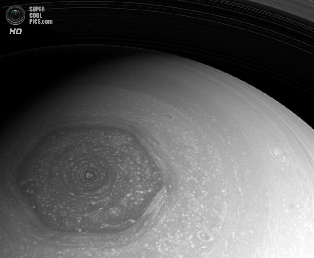 Загадочный правильный шестиугольник на Северном полюсе Сатурна. Внутри него бушует та самая «красная роза». (NASA/JPL-Caltech/SSI)