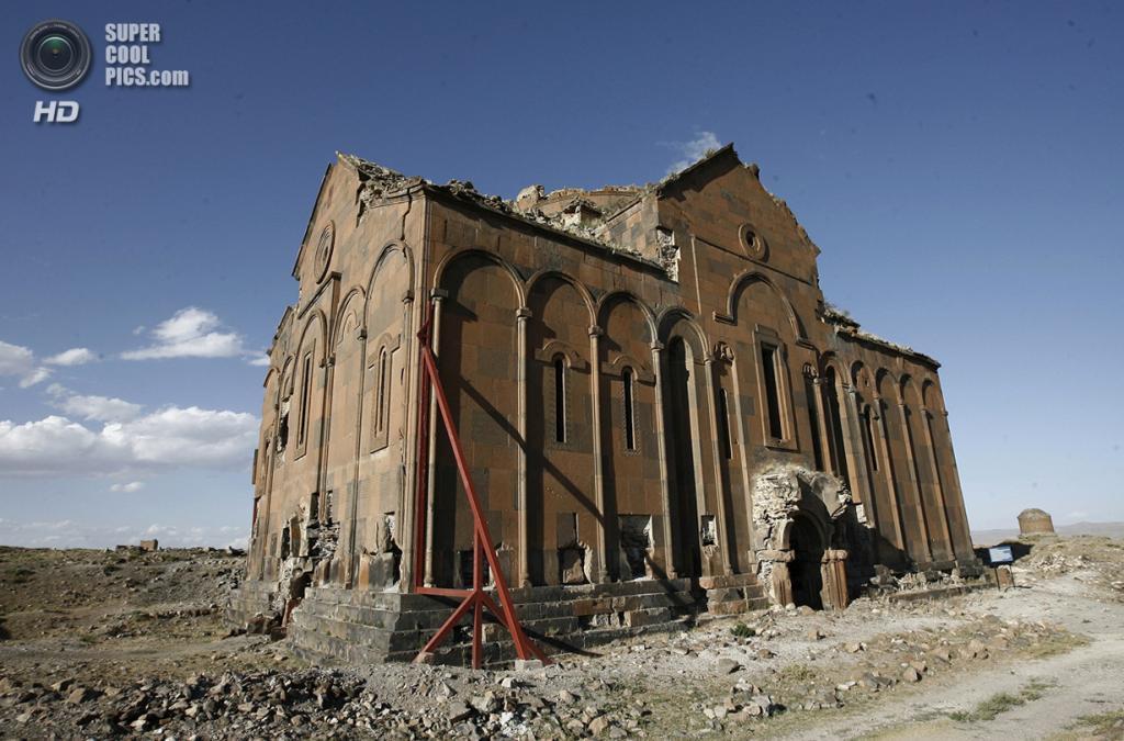 Турция. Ани, Карс. 12 сентября 2008 года. Анийский собор. (AP Photo/Burhan Ozbilici)