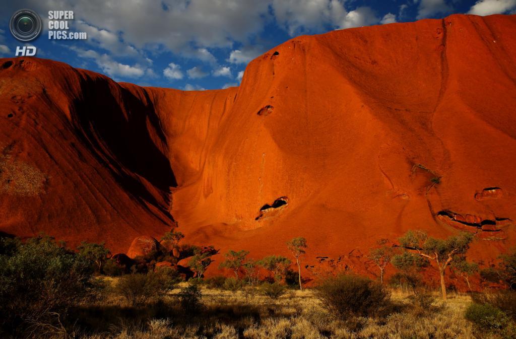 Австралия. Северная территория. Скала Улуру в Национальном парке Улуру-Ката Тьюта. (Mark Kolbe/Getty Images)