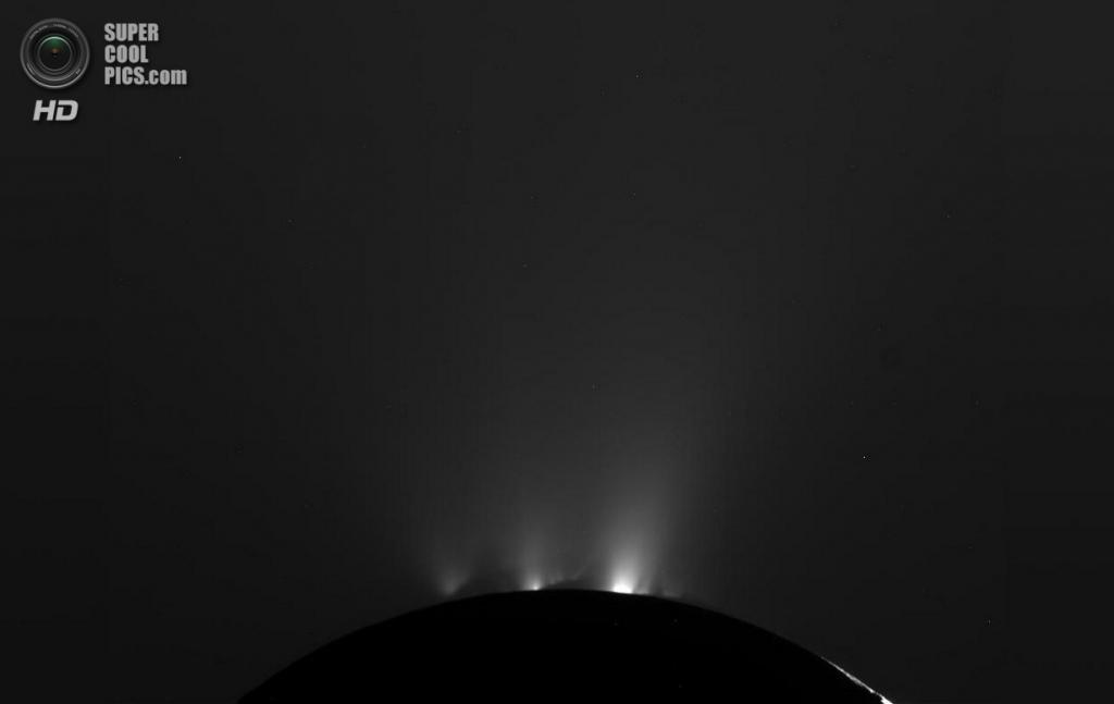 Криовулканическая активность Энцелада. Спутник испускает ледяные гейзеры, которые наполняют частицами кольцо Е. (NASA/JPL-Caltech/SSI)