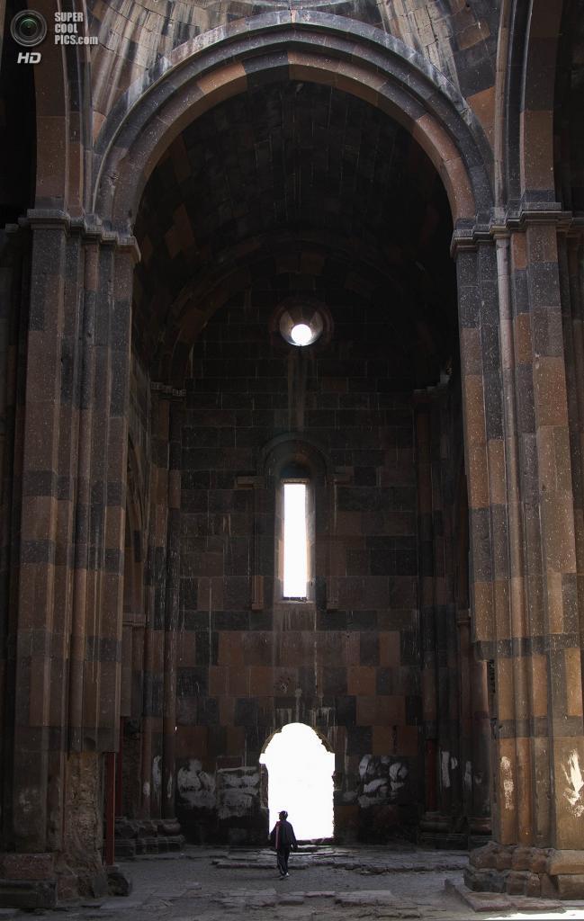 Турция. Ани, Карс. 24 июня 2012 года. Мужчина внутри Анийского собора. (Scott Dexter)