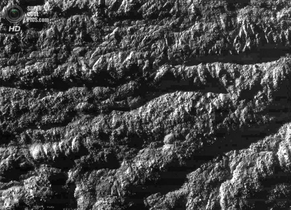Крупный план поверхности Энцелада. (NASA/JPL-Caltech/SSI)