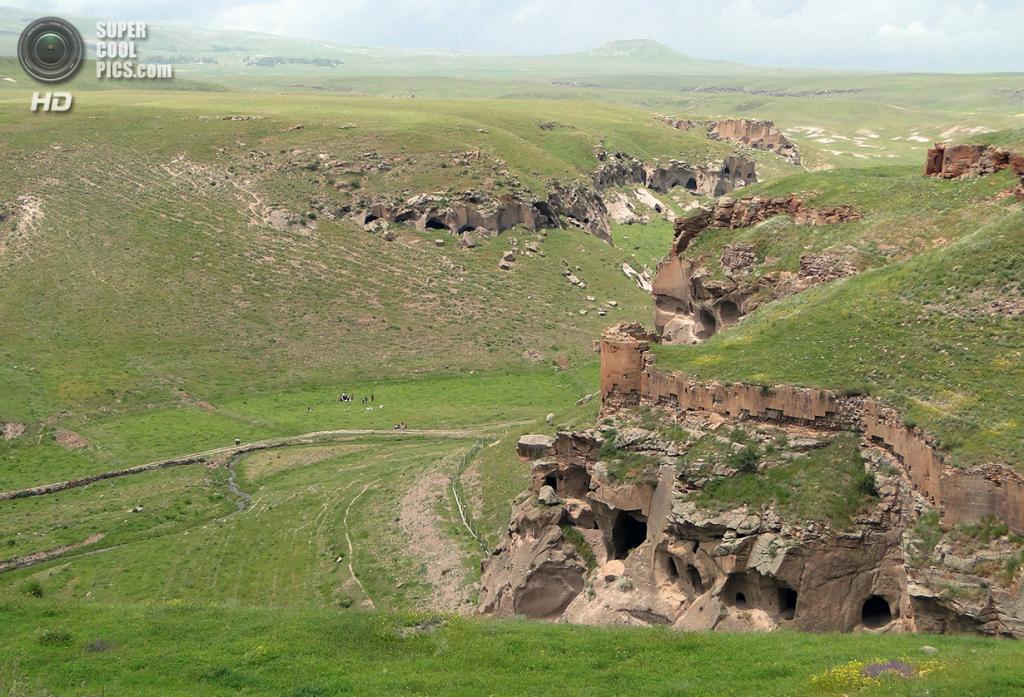 Турция. Ани, Карс. 8 июня 2011 года. Обилие пещер под средневековыми стенами города. (Adam Jones)