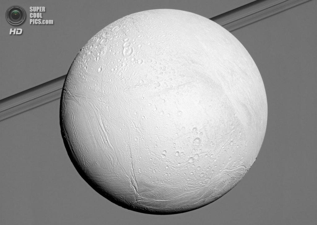 Энцелад перед Сатурном. (NASA/JPL-Caltech/SSI)