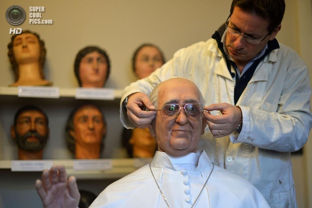 Италия. Рим. Восковая фигура Папы Римского. (Gabriel Bouys/Getty Images)