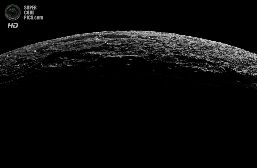 Тёмная и светлая сторона Дионы. (NASA/JPL-Caltech/SSI)