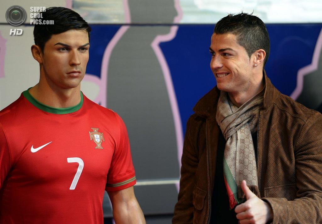 Мадрид. Испания. Криштиану Роналду и его восковая фигура. (Gerard Julien/Getty Images)