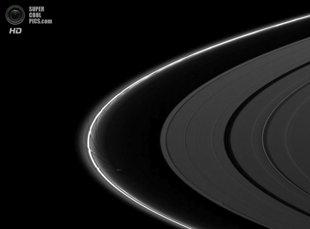 Прометей создает изощрённые узоры на кольце F, в то время как Дафнис — на кольце А. (NASA/JPL-Caltech/SSI)