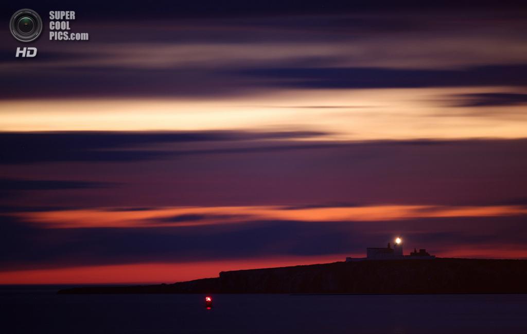 Великобритания. Фарне, Нортамберленд, Англия. 25 июня 2011 года. Живописный закат. (Dan Kitwood/Getty Images)