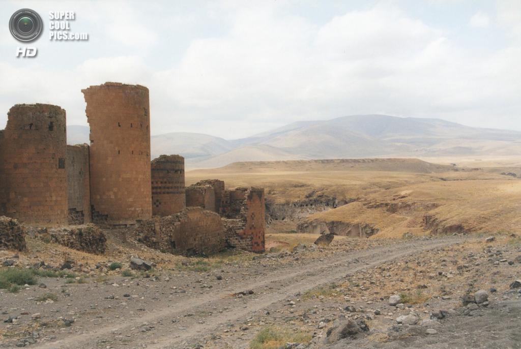 Турция. Ани, Карс. 21 августа 2001 года. Средневековые стены города-призрака. (Christian Koehn)