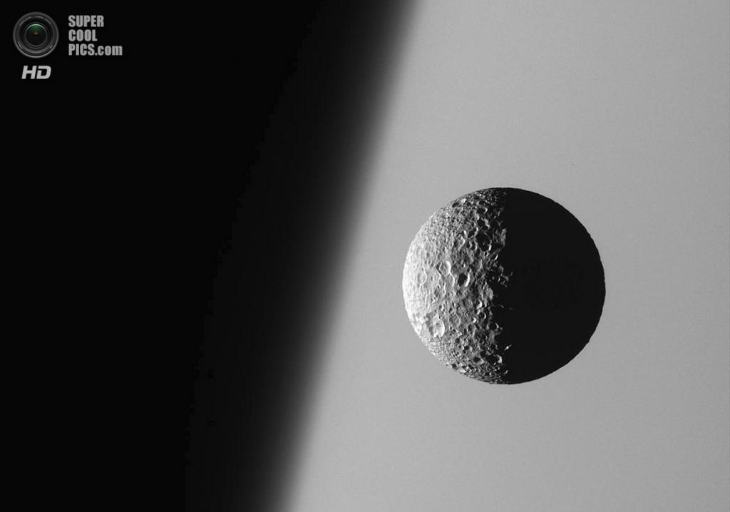 Мимас на фоне туманного края Сатурна. (NASA/JPL-Caltech/SSI)