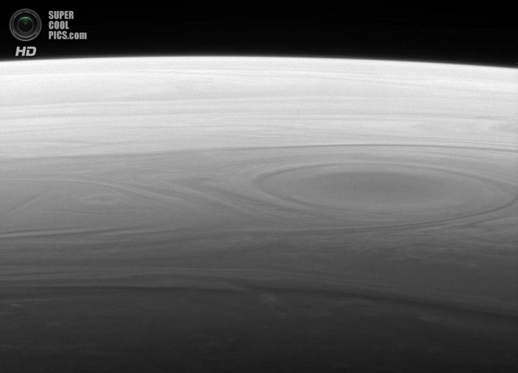 Уникальная перспектива сатурнианского горизонта. (NASA/JPL-Caltech/SSI)