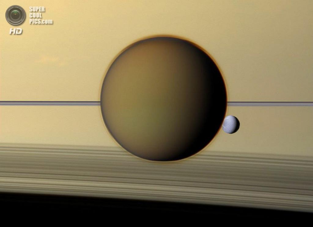 Диона, видимая сквозь атмосферу Титана. (NASA/JPL-Caltech/SSI)