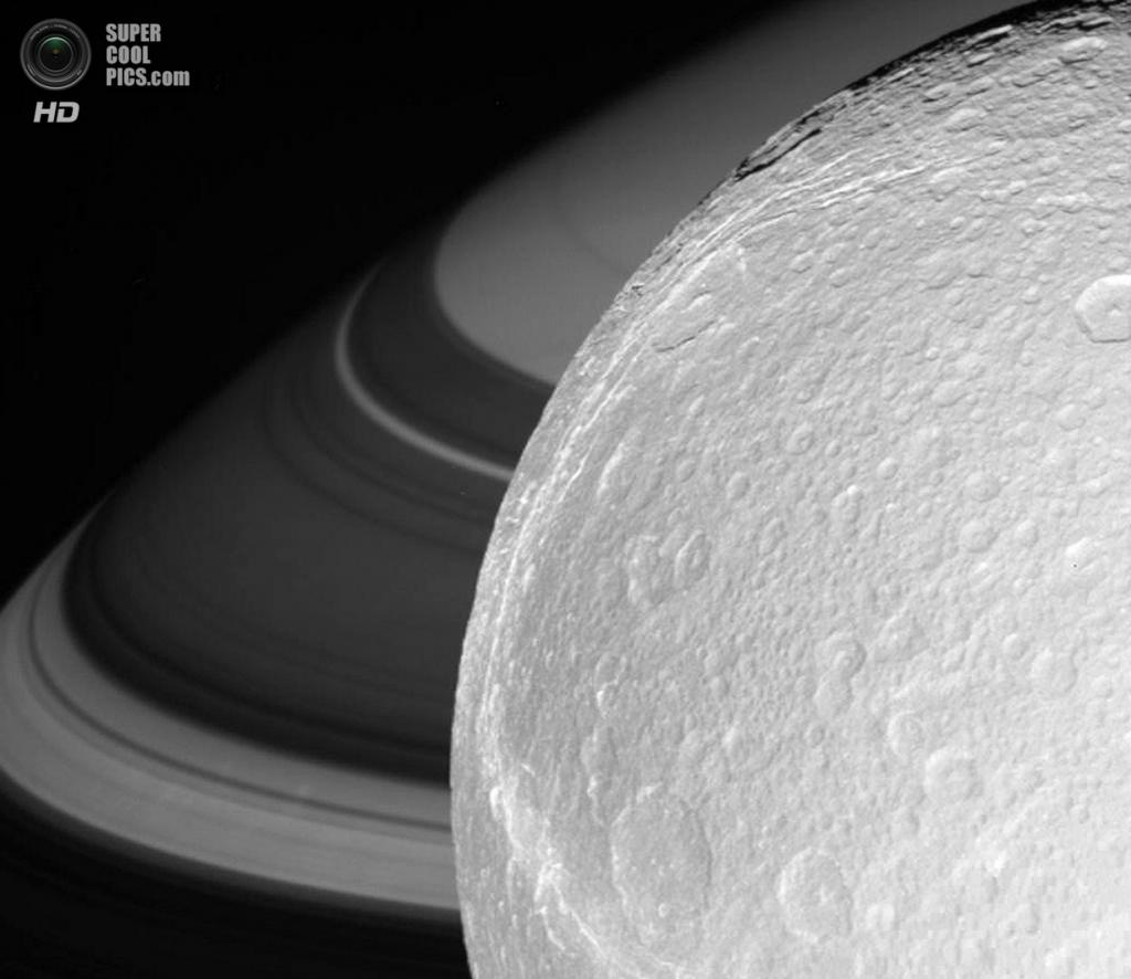 Диона на фоне Сатурна. (NASA/JPL-Caltech/SSI)