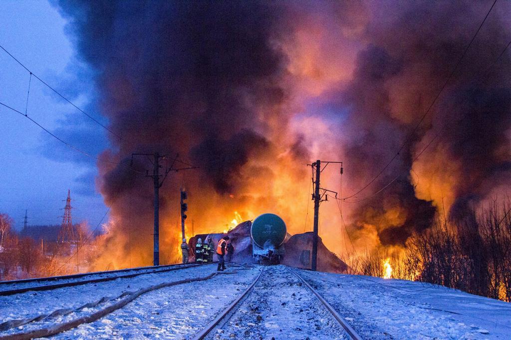В Кирове сошли с рельсов и загорелись вагоны с газовым конденсатом (3 фото)