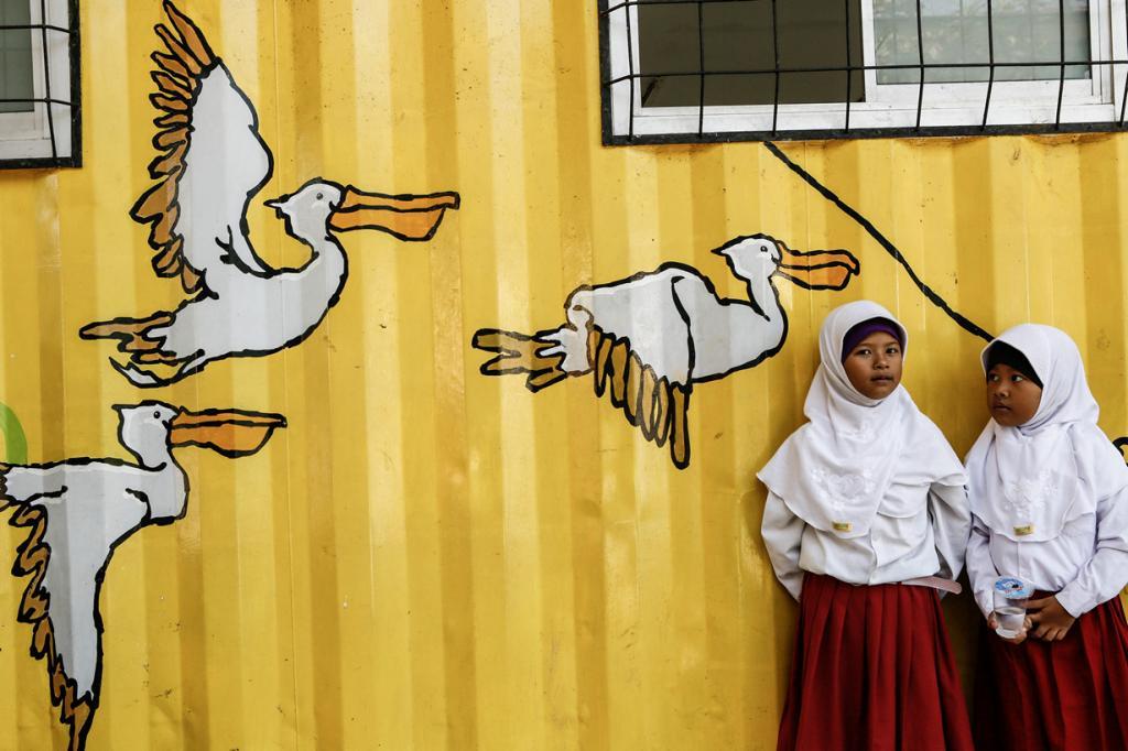 Индонезийские дети учатся в контейнерах (14 фото)