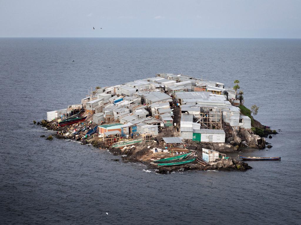 Остров Мигинго, Кения/Уганда. Население: 131 чел. Площадь: 0,002 км². Плотность населения: 65 500 чел./км². (feynman)