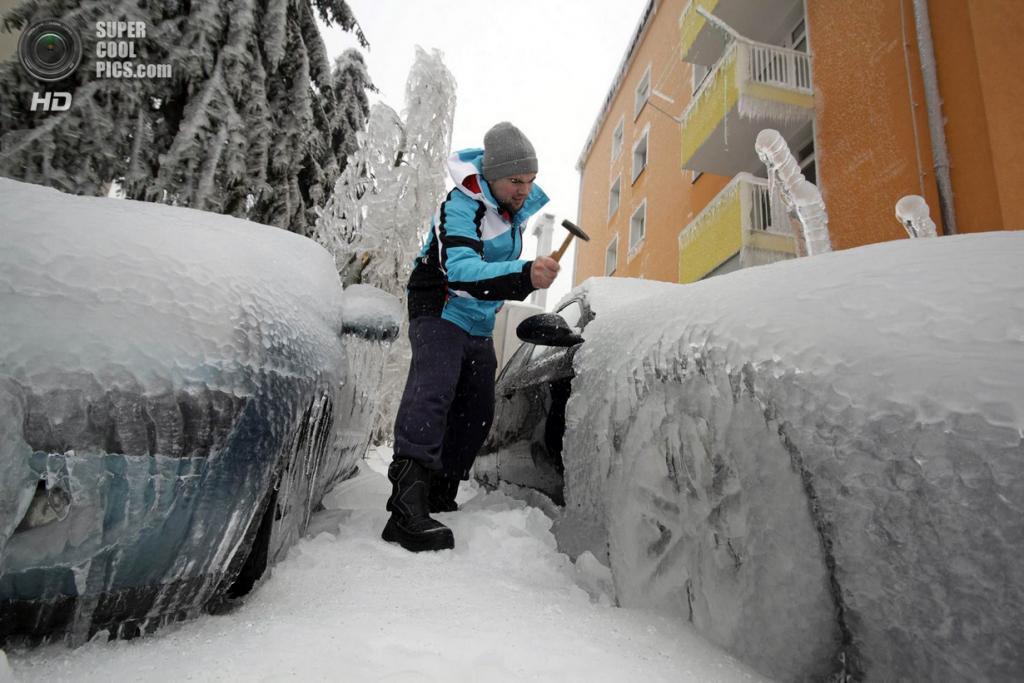 Словения. Постойна. 5 февраля. Последствия ледяного дождя. (REUTERS/Srdjan Zivulovic)