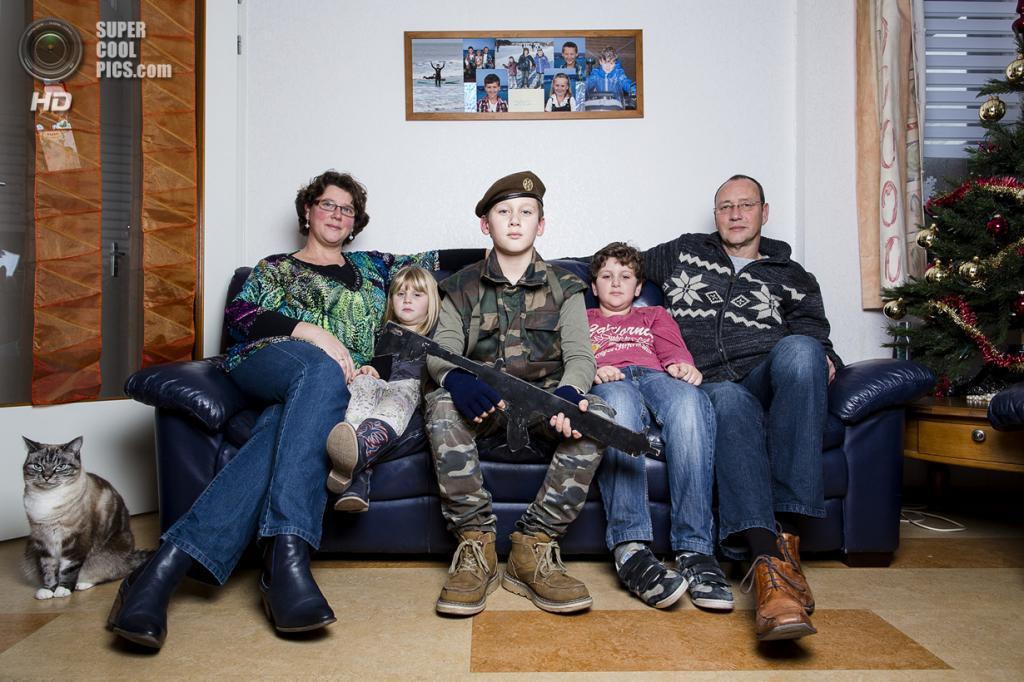 Нидерланды. Хук-ван-Холланд, Роттердам, Южная Голландия. 8 декабря 2013 года. 12-летний «солдат» Тимон с семьей. (Peter de Krom)